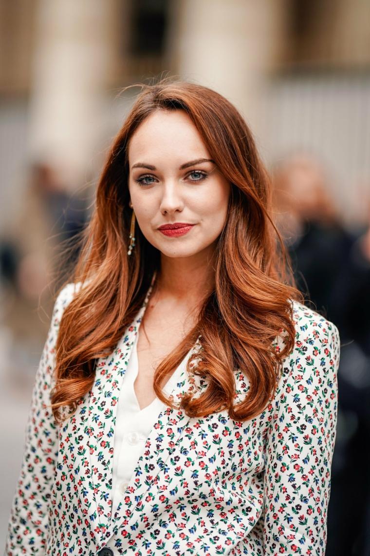 tagli capelli scalati 2021 acconciatura con onde di colore rosso donna con giacca elegante