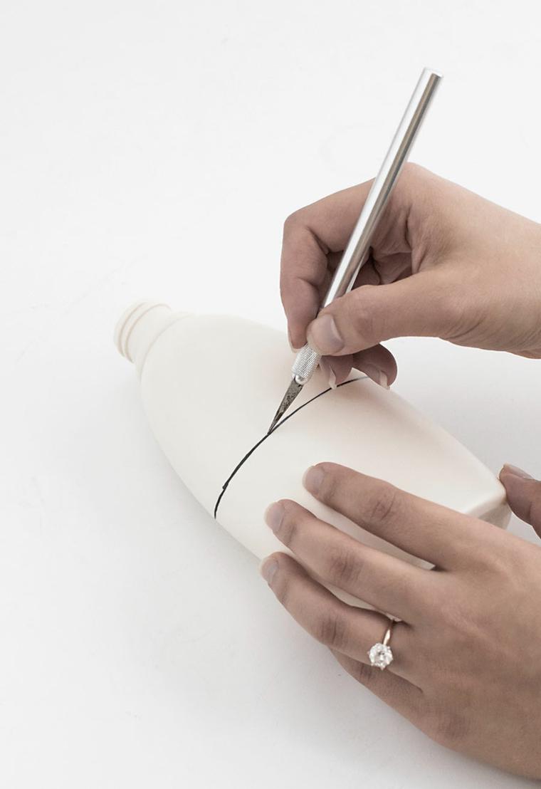 tagliare una bottiglietta riciclo bottiglie di plastica taglierino per bricolage
