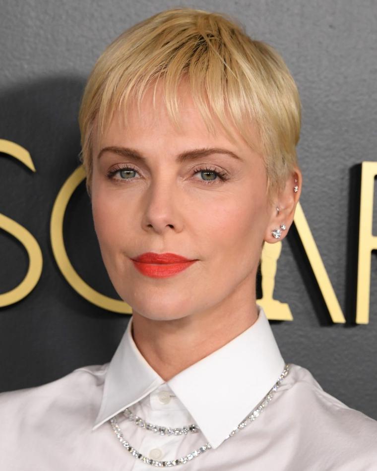 taglio capelli corti 2021 donne 50 anni pettinatura pixie di colore biondo