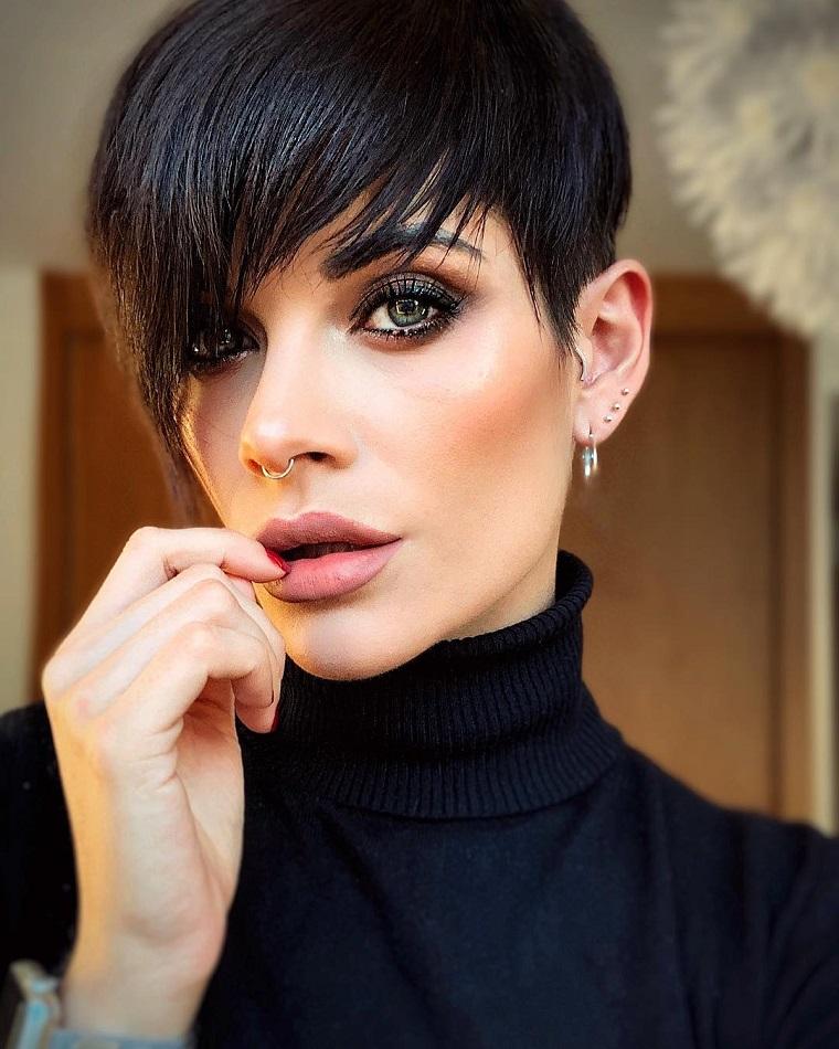 taglio di capelli pixie femminile acconciatura con frangia scalata