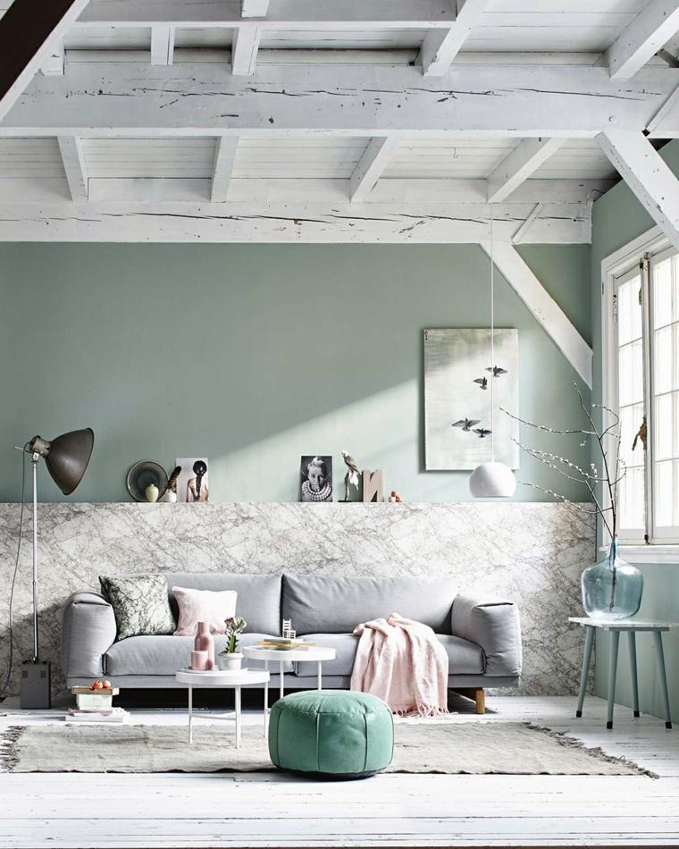 tonalità di verde per pareti abbinato al grigio salotto con divano soffitto con travi di legno