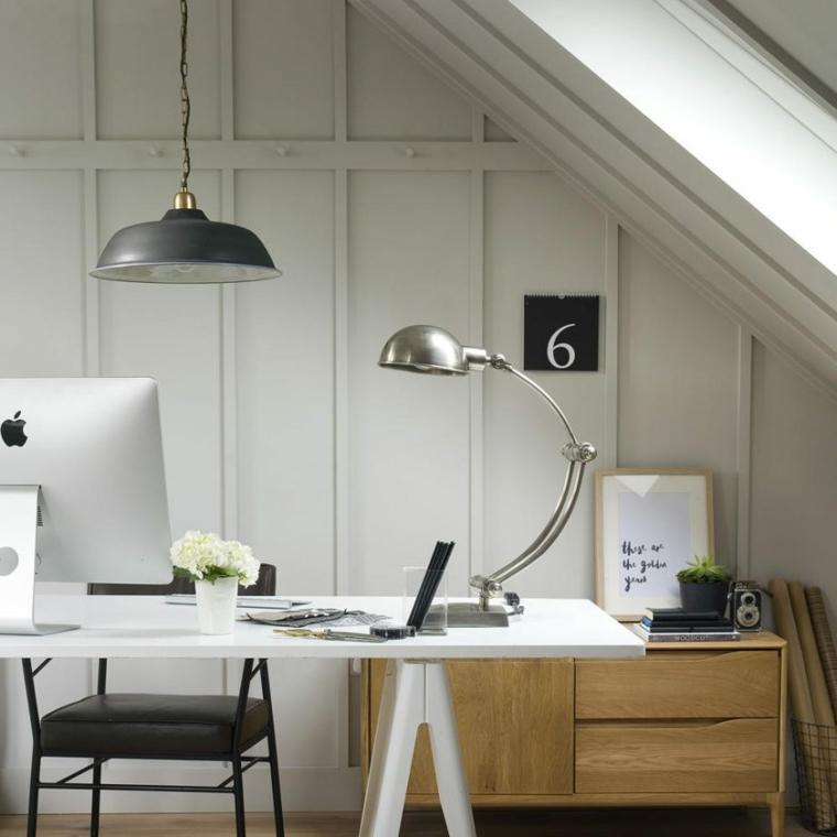 ufficcio con scrivania e mobile di legno effetto boiserie con pittura bianca