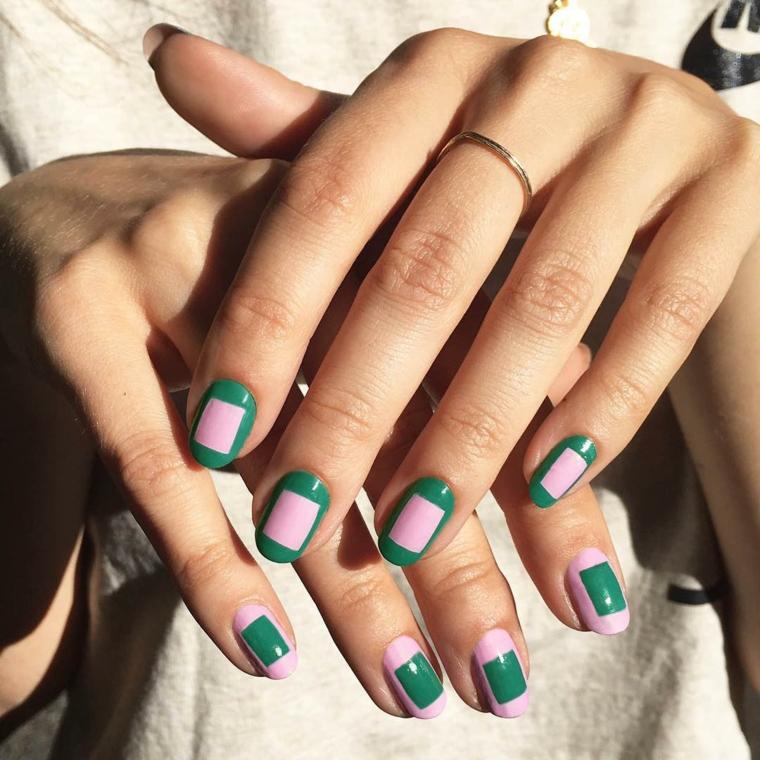 abbinamento smalto rosa e verde tendenze unghie 2021 manicure forma arrotondata