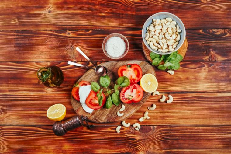 alimenti vegani proteici fette di pomodoro insalata caprese con vegan mozzarella