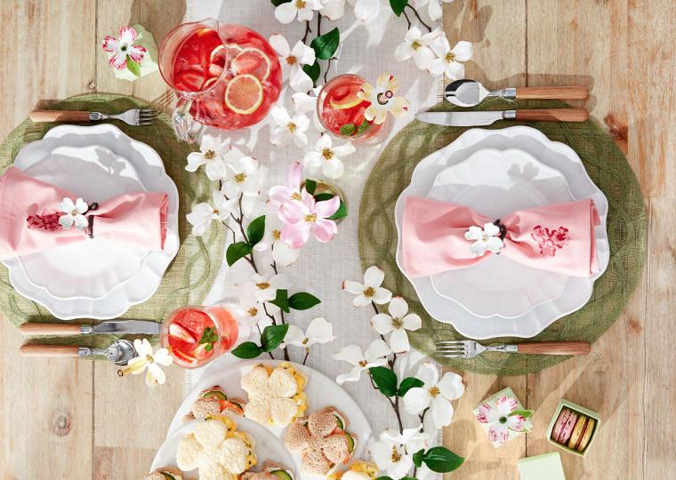apparecchiare la tavola centrotavola di primavera con fiori tovagliolo rosa come segnaposto