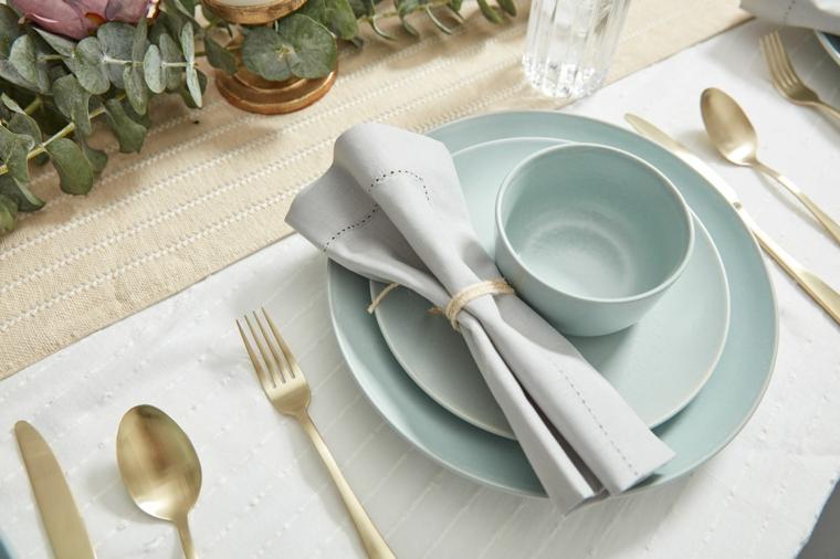 apparecchiare la tavola tovagliolo azzurro abbinato al servizio di piatti