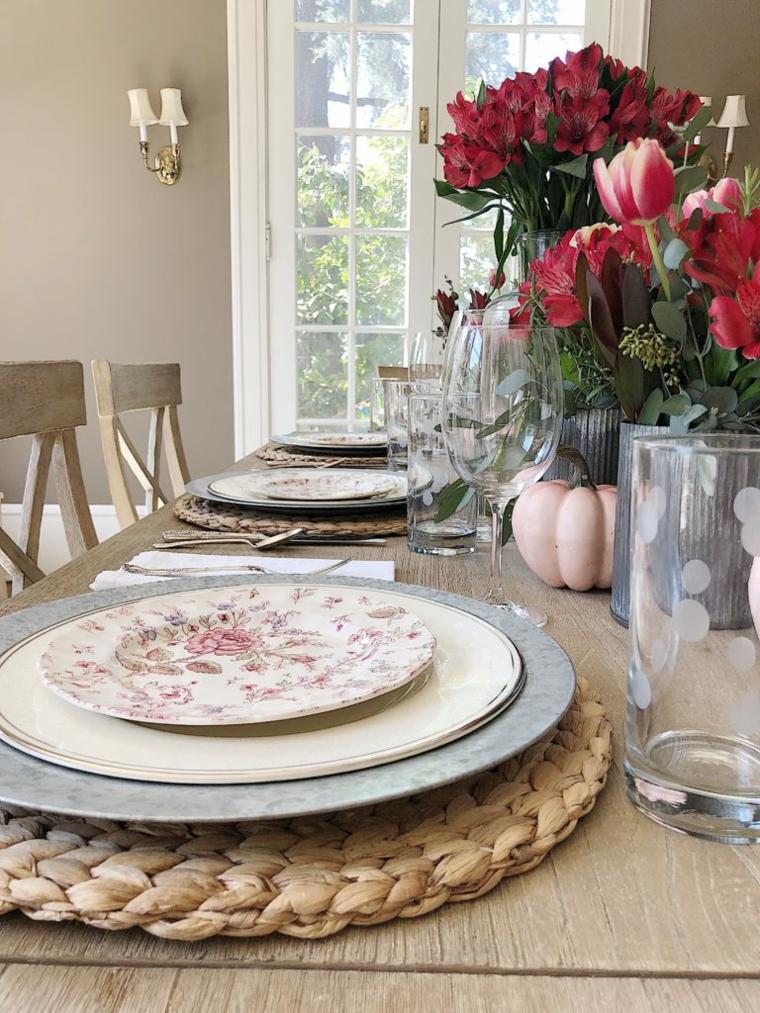centrotavola autunnale con zucche e fiori disposizione bicchiere a tavola