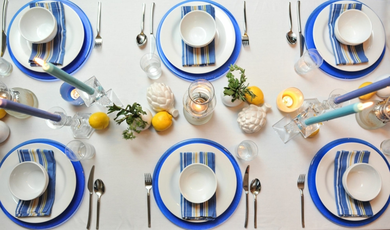 centrotavola con candele servizio di piatti di colore blu come mettere coltello e forchetta