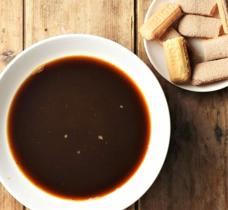 ciotola con caffè espresso e savoiardi tiramisu con panna e mascarpone