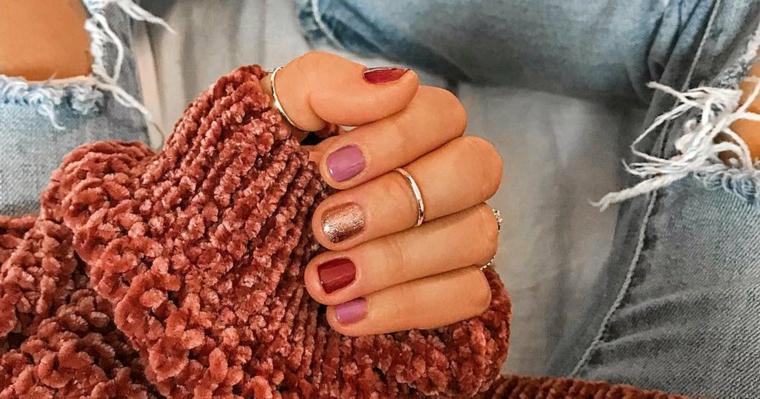colore invernale unghie smalto colore rosa e oro glitter manicure corta