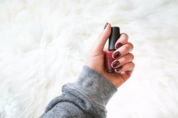 colore invernale unghie smalto di colore bordeaux manicure forma a mandorla