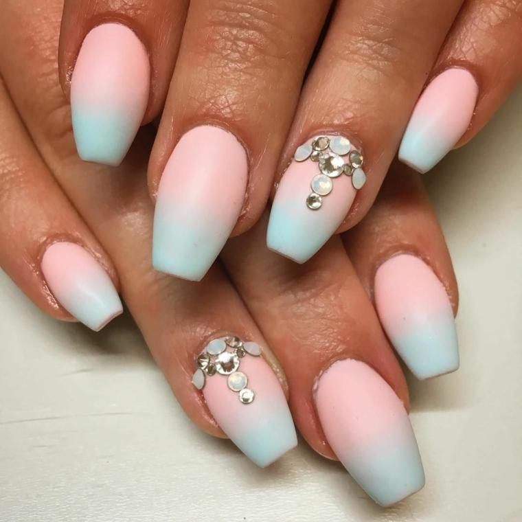 colori estivi unghie smalto rosa azzurro effetto sfumato decorazioni accent nail con brillantini