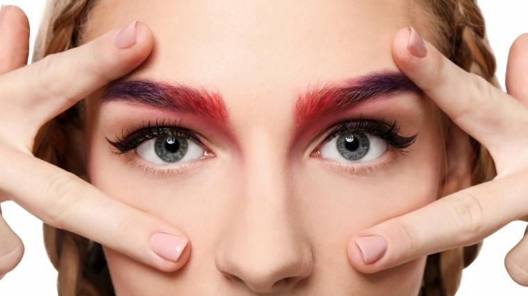 come far crescere le sopracciglia colorate donna con occhi azzurri viso bianco