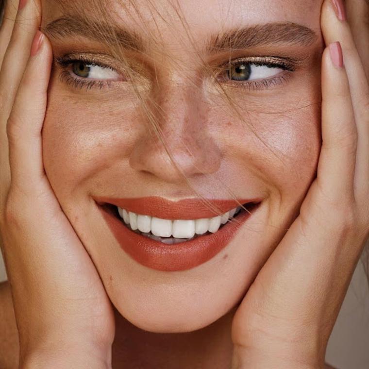 come fare le sopracciglia ragazza con rossetto marrone trucco leggero donna