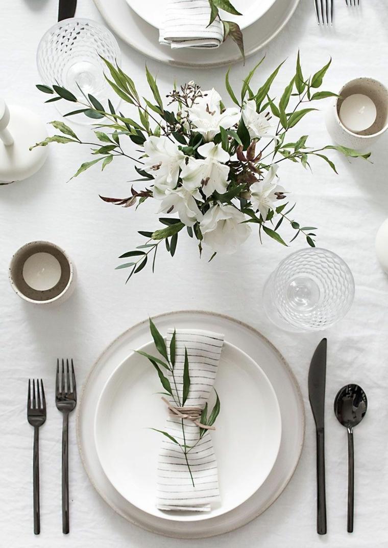 come mettere il coltello e la forchetta al tavolo centrotavola con vaso di fiori