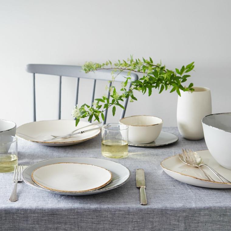 come si apparecchia una tavola centrotavola con vaso e rametto verde