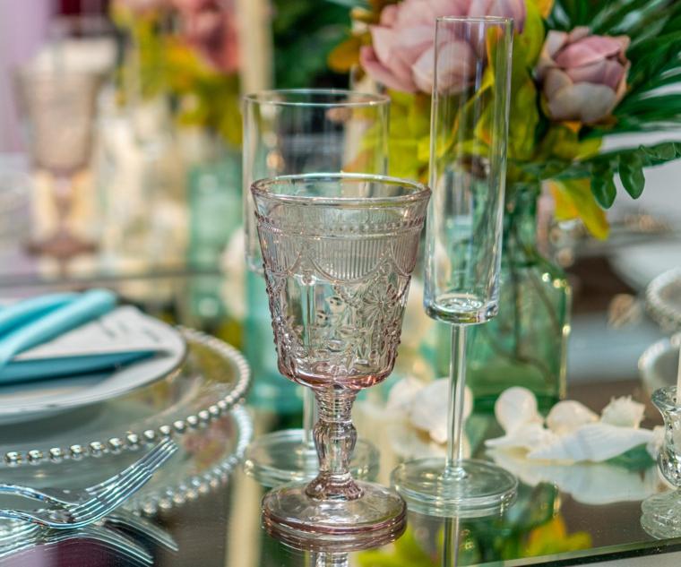 come si apparecchia una tavola disposizione bicchieri di vetro calice rosa