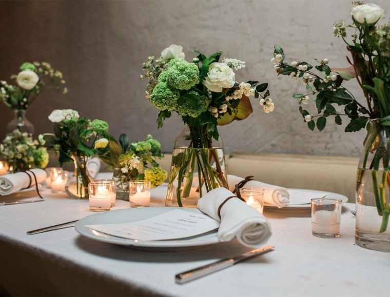 come si mettono le posate coltello a destra forchetta a sinistra centrotavola con vaso di fiori