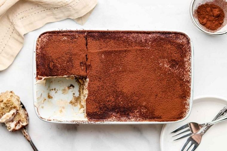 come si prepara il tiramisù ricetta dolce vegano spolverato con cacao in polvere