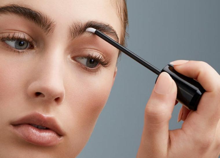 donna con occhi azzurri come fare sopracciglia perfette con primer