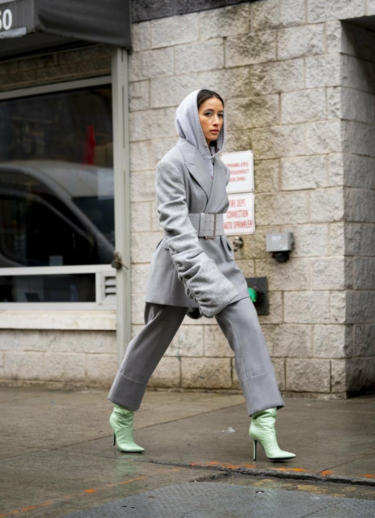 donna con pantalone e cappotto di colore grigio outfit tumblr abbinato a tacchi verde