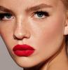 donna con rossetto rosso capelli biondi come truccare le sopracciglia