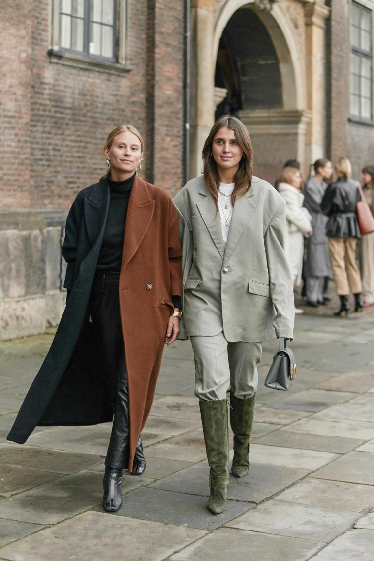 due donne con abiti colorati maxi size street style stivali alti