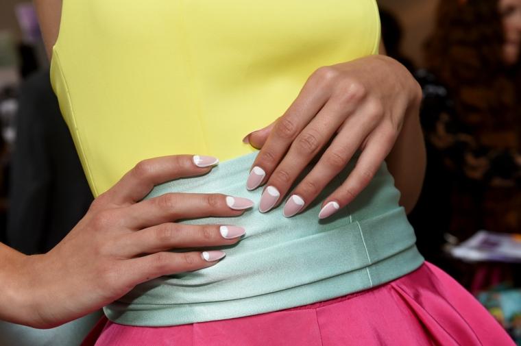french inversa smalto di colore beige con bianco unghie 2021 colori