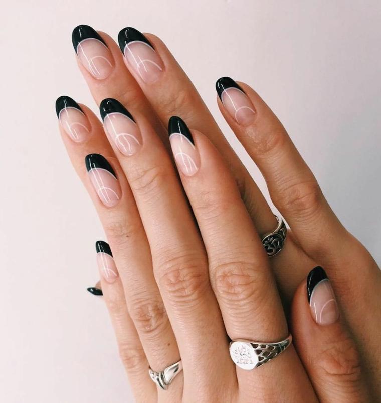 french nero abbinamento beige unghie gel autunno 2021 anelli sulle dita