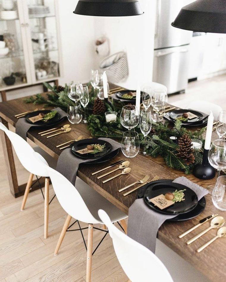 galateo a tavola centrotavola natalizio con rami di pino e pigne