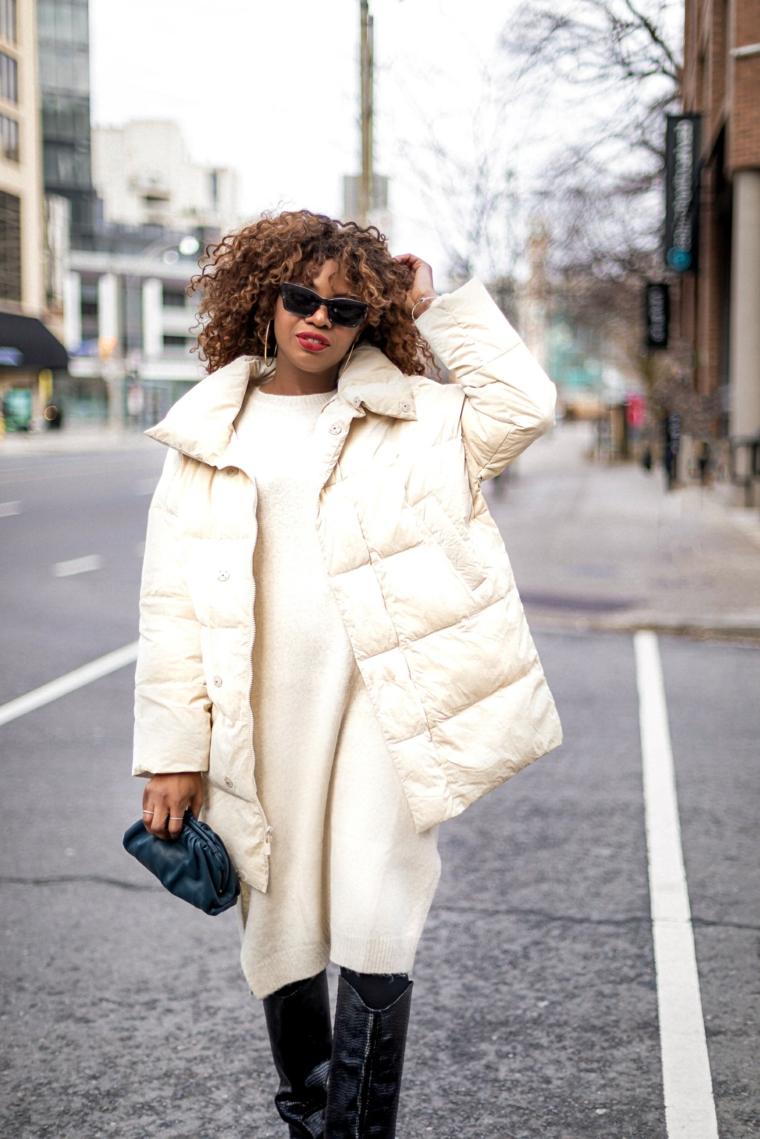 gilet piumino di colore bianco outfit ragazza tumblr donna con abito lungo invernale e stivali