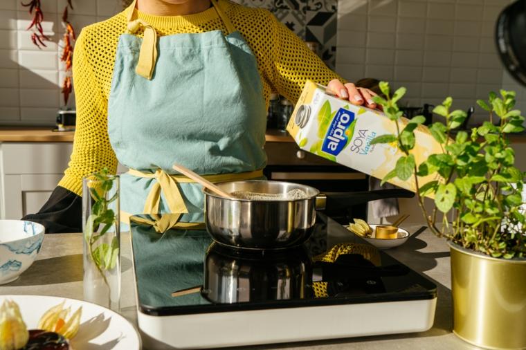 latte di soia per dolci vegan cena vegana estiva donna che cucina
