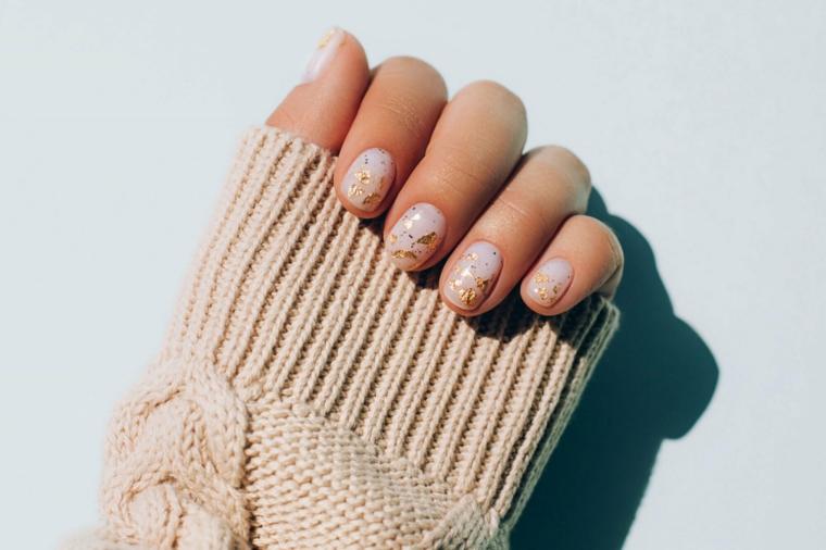 manicure effetto lamina smalto rosa abbinamento oro semipermanente unghie corte