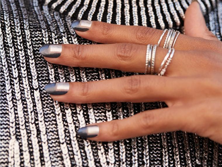 manicure forma a mandorla colori smalto semipermanente 2021 abbinamento grigio e argento