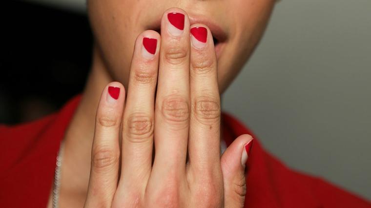 manicure sfumata abbinamento smalto rosso e trasparente nail art autunno 2021