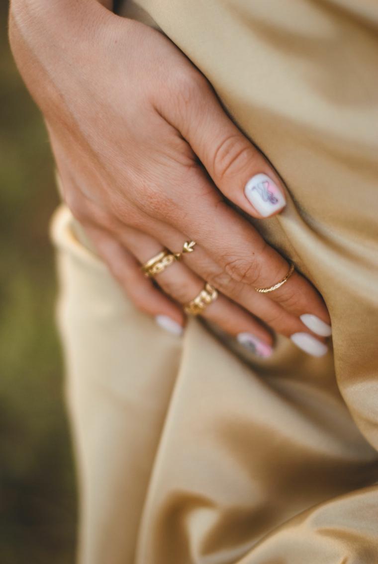 manicure smalto di colore bianco con disegno semipermanente unghie corte