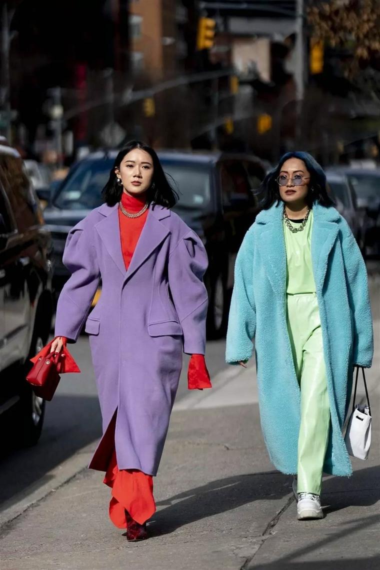 maxi cappotto tendenze inverno 2021 street style con abiti colorati
