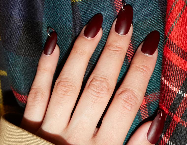 nail art autunno inverno 2021 smalto color vino opaco manicure opaca forma a mandorla