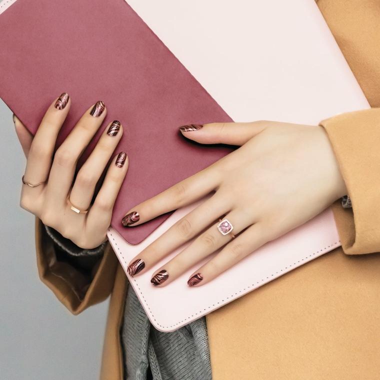 nail art autunno inverno 2021 smalto di colore rosso scuro con disegni
