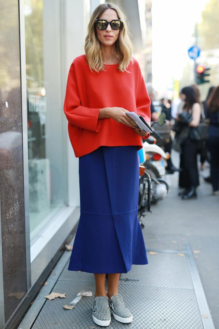 outfit inverno 2021 ragazza abbigliamento gonna blu e maglione rosso