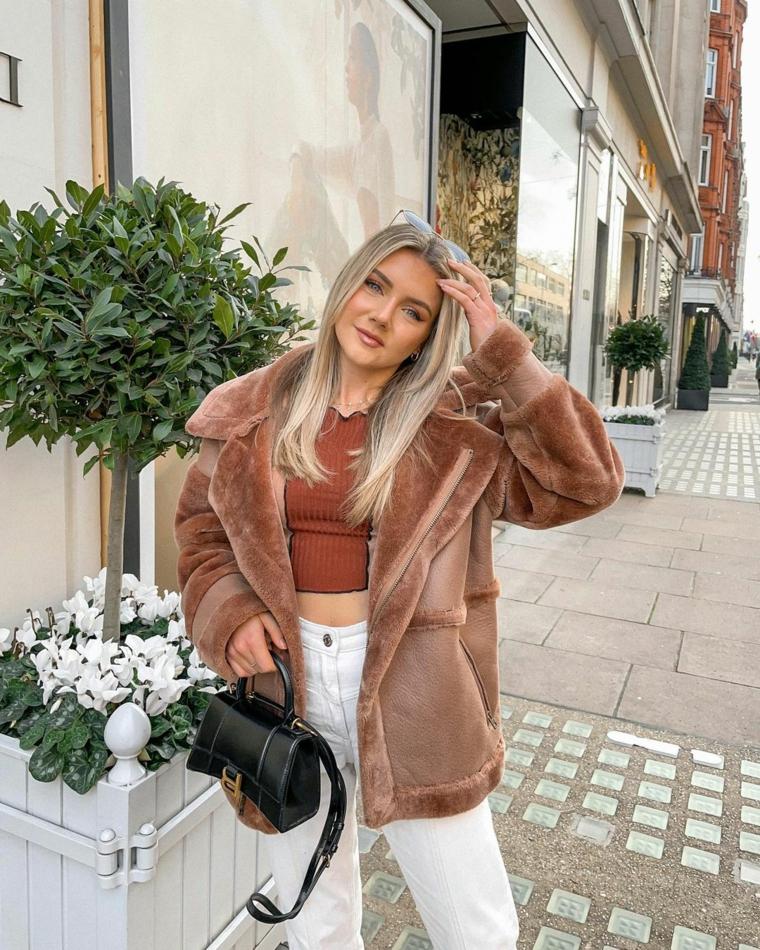 outfit inverno 2021 ragazza giacca rosa pallido in pellicia peluche borsetta nera tracolla