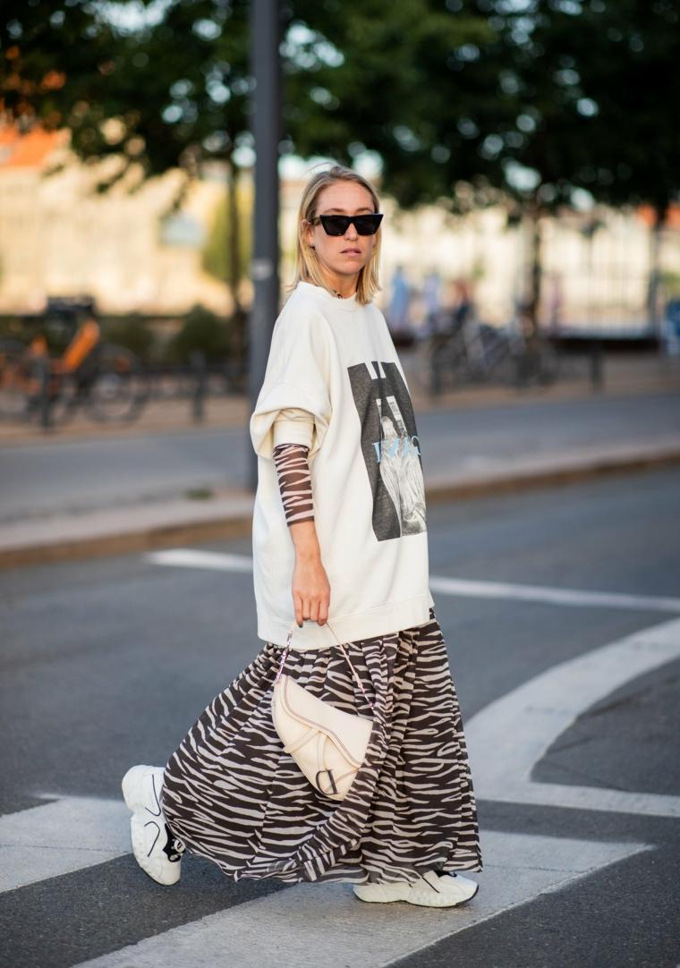outfit ragazze con felpe larghe tumblr street style con gonna zebrata