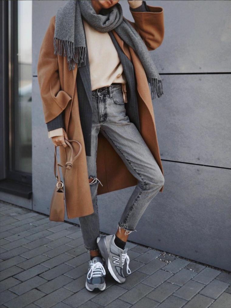 outfit tumblr donna street style con jeans maglione bianco cappotto marrone con sciarpa grigia