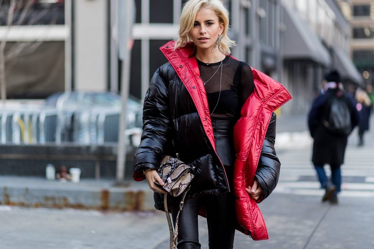 outfit tumblr inverno donna con puffer giacca nera lucida