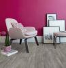 pavimento in pvc grigio con parete viola in abbinamento arredamento con poltrona
