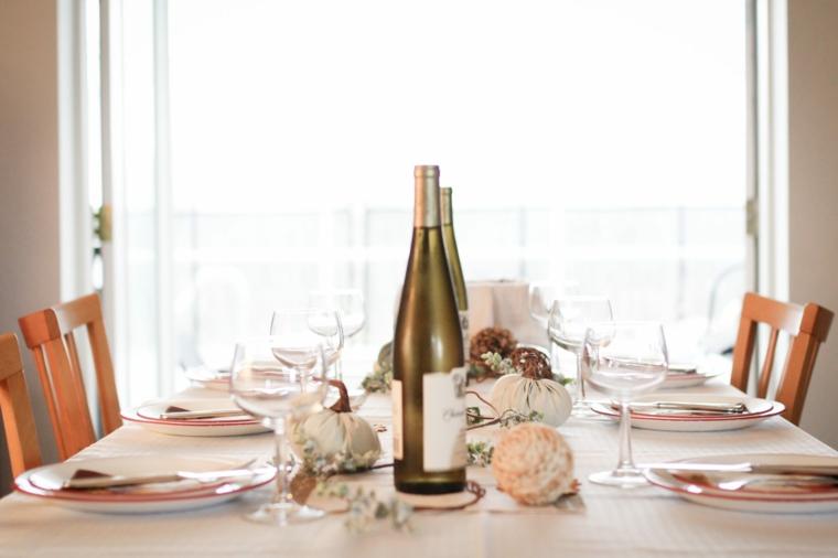 posizione posate a tavola centrotavola con palline colorate bottiglie di vino