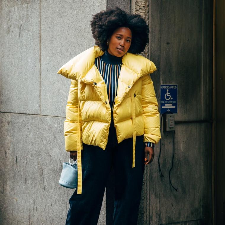 puffer jacket di colore giallo outfit ragazza tumblr abbigliamento con pantalone nero largo