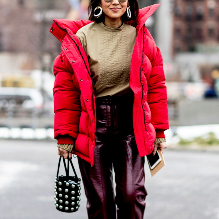 puffer jackets di colore rosso outfit inverno 2021 casual pantalone bordeaux in pelle