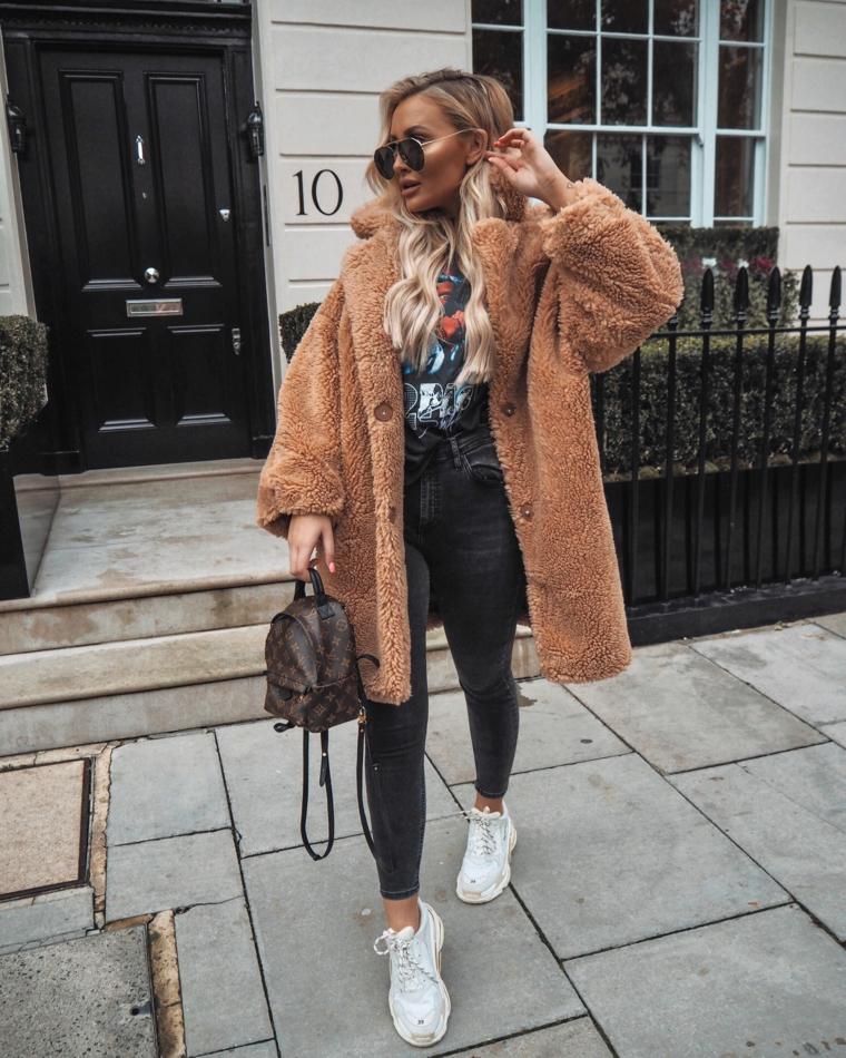 ragazza bionda tumblr con cappotto teddy marrone abbigliamento con jeans skinny