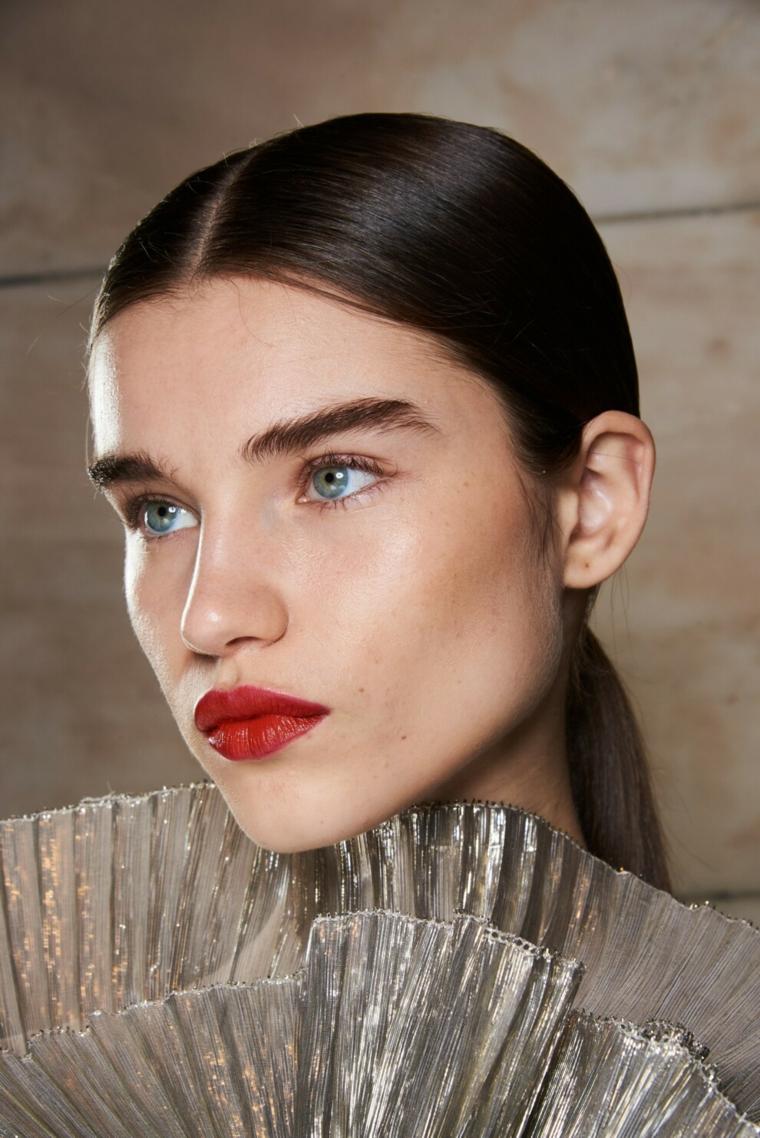 ragazza con occhi azzurri e rossetto rosso come avere sopracciglia perfette